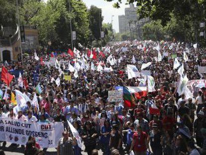 Las manifestaciones, menos violentas que al comienzo de la crisis, no impedirán que se celebren dos foros internacionales, APEC y COP25, las próximas semanas en el país