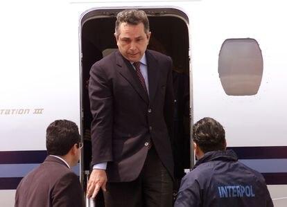 Cabal Peniche, tras su extradición de Australia a México en 2001.
