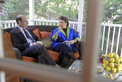 Los autores de <i>Esta vez es diferente,</i> Kenneth Rogoff y Carmen Reinhart, en mayo de 2010.