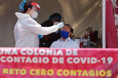 Un hombre se realiza una prueba de la covid-19 en Ciudad de México.