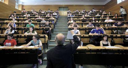 Examen de Selectividad de finales de junio en la Complutense de Madrid.