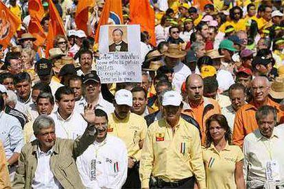 López Obrador saluda a sus seguidores durante la manifestación en Ciudad de México.