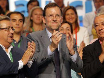 De izquierda a derecha, Zoido, Rajoy y Arenas, en julio del pasado año.