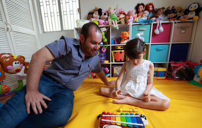 Raúl Elizalde y su hija, Graciela, de ocho años.