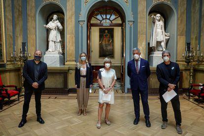 El senador Koldo Martínez Urionabarretxea (segundo desde la izquierda) en compañía de representantes de diversos gremios artísticos y culturales en el Salón de los Pasos Perdidos del Senado.
