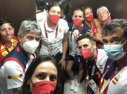 Garbiñe Muguruza, con camiseta blanca en el centro, y Carla Suárez, a la izquierda, con el equipo español de tenis en Tokio, en una imagen de la federación española.