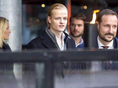 Marius, con el príncipe Haakon y su madre la princesa Mette Maritt.