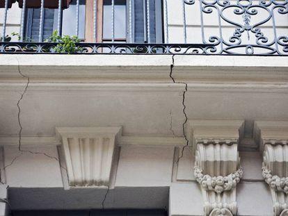 Fachada agrietada de un edificio en Barcelona.