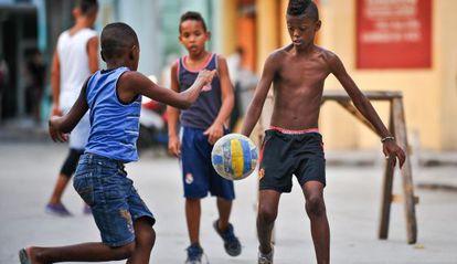 Niños jugando al fútbol en una calle de La Habana.