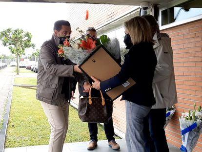 Marian Vega, viuda de Luis Hortelano, recibe un ramo de flores de varios representantes de la asociación Mila Esker.