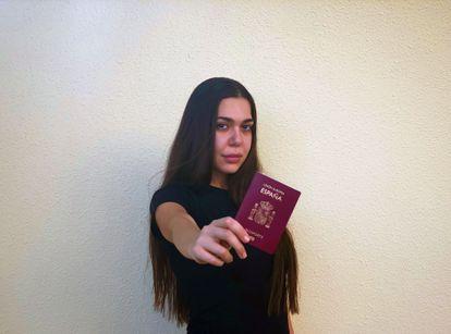 Heba Iskandarani, con su pasaporte español, en una imagen facilitada por ella.