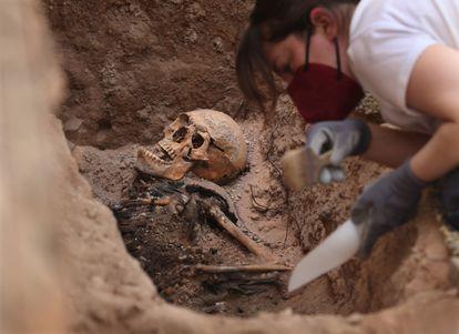 """María Benito trabaja en la recuperación de restos en la fosa de Almagro, conocida como """"el corral de los desgraciados""""."""