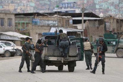 Fuerzas de seguridad afganas llegan al lugar donde se encuentra el templo sij atacado, en Kabul.
