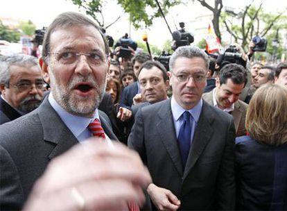 Mariano Rajoy y el alcalde Alberto Ruiz-Gallardón, tras los cinco minutos de silencio en el Ayuntamiento de Madrid por el guardia asesinado.