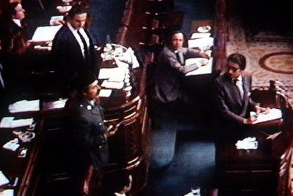 Antonio Tejero, pistola en mano, en la tribuna del Congreso el 23 de febrero de 1981.