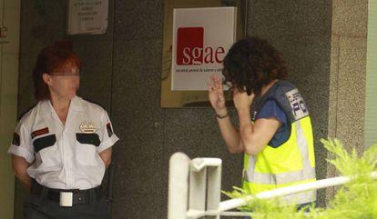 Efectivos policiales en la sede de la SGAE, este martes.