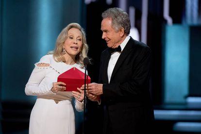 Faye Dunaway y Warren Beatty, durante el recordado momento de los Oscar con el sobre que contenía el título de la mejor película y no era 'La La Land'.