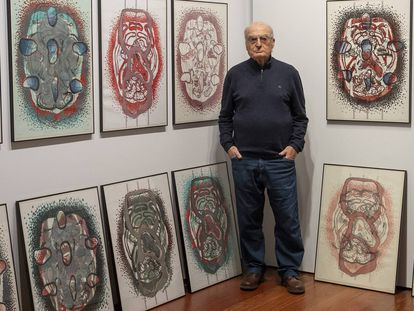 Luis Gordillo, el primero de la lista de creadores con mejor Índice de Notoriedad 2019, según el portal Arteinformando, ante su obra 'Celulario' presente en la sala que lleva su nombre en el espacio cultural Santa Clara en Sevilla.