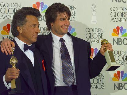 Dustin Hoffman y Tom Cruise, tras conseguir el Globo de Oro en 1997.