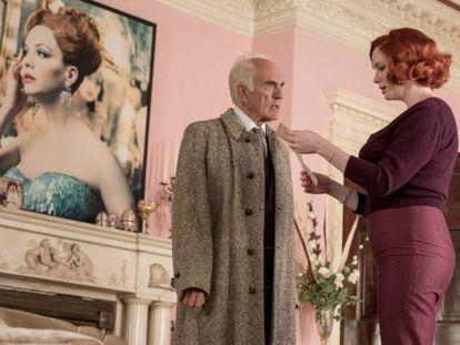 Terence Stamp y Christina Hendricks, en 'La casa torcida'. En vídeo, tráiler de 'La casa torcida'.