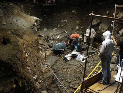 Excavación en el yacimiento del Portalón de Cueva Mayor de Atapuerca.
