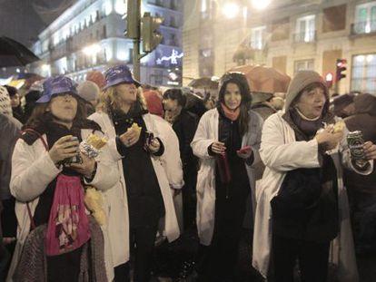 Funcionarios se concentran esta noche en la madrileña Puerta del Sol para realizar una cena de Navidad contra los recortes