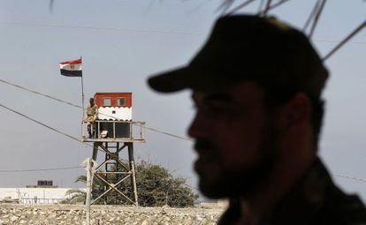 Puesto de vigilancia egipcio en el paso de Rafá, visto desde Gaza.