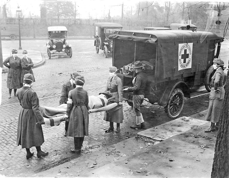 La Cruz Roja traslada a víctimas de la gripe de 1918 en San Luis (Missouri)