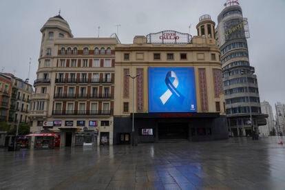 El lazo elegido por el Ayuntamiento para dar las gracias a los madrileños durante el estado de alarma luce en Callao. / LUIS DE VEGA