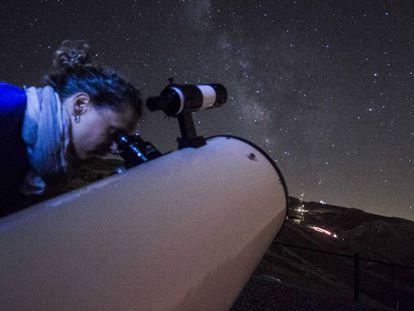 Una mujer observa las estrellas desde Sierra Nevada.