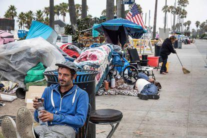 Personas sin hogar, retratadas el pasado verano en las inmediaciones de Venice Beach, en Los Ángeles (California).
