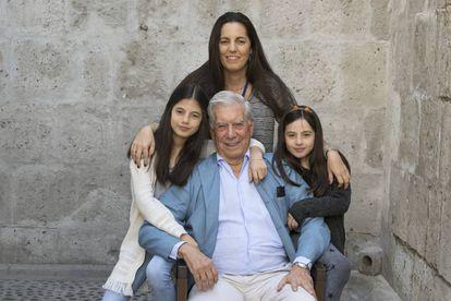 Mario Vargas LLosa posa en Arequipa junto a su hija Morgana y sus nietas Isabella y Anais.