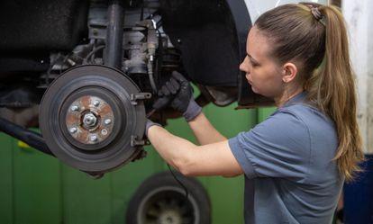 03 March 2020, Baden-Wuerttemberg, Stuttgart: A car mechanic changes the brake disc of a Range Rover Evoque in a garage. Photo: Marijan Murat/dpa (Photo by Marijan Murat/picture alliance via Getty Images)