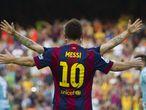 El centrocampista croata del FC Barcelona Ivan Rakitic (detrás) celebra con su compañero, el argentino Lionel Messi (de espaldas), su gol ante el Granada durante el partido de Liga de Primera División disputado en el Nou Camp, en 2014.