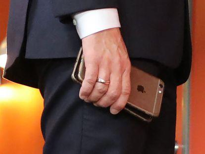 El presidente francés, Emmanuel Macron, con dos de sus teléfonos durante una cumbre europea en noviembre de 2017