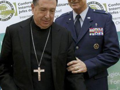 Juan del Río Martín, junto al jefe del servicio religioso del Mando estadounidense de la OTAN en Europa, en una imagen de archivo.