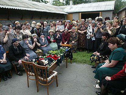 Familiares y vecinos velan el cuerpo de Teimuraz Morgoyev, un niño de ocho años muerto durante el secuestro en la escuela de Beslán.