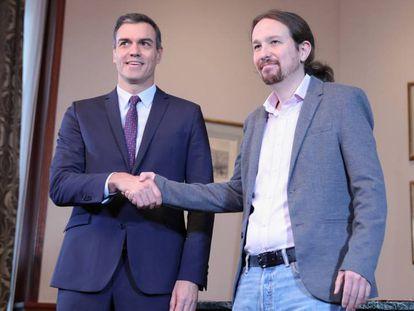 Pedro Sánchez y Pablo Iglesias se estrechan la mano tras la firma del preacuerdo sobre el gobierno de coalición. En vídeo, las acusaciones desde 2015.