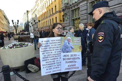 La activista Yelena Grigórieva, en una manifestación en San Petersburgo.