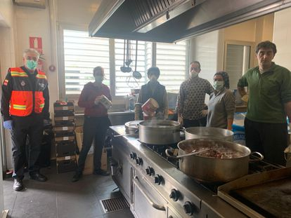 Preparación de la comida que se envía a domicilio en Tres Cantos. AYUNTAMIENTO DE TRES CANTOS