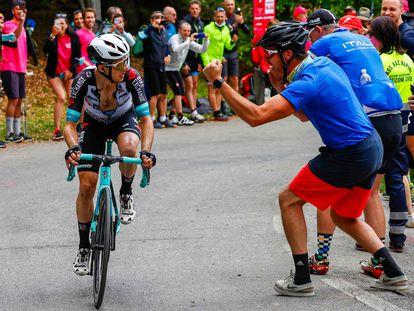 Los aficionados animan a Yates durante su ataque de Alpe di Mera.