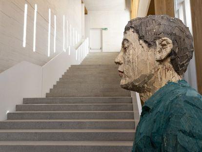 'Hombre con los ojos cerrados', escultura de madera de Stephan Balkenhol, a los pies de la gran escalera diseñada por el arquitecto Emilio Tuñón en el Museo Helga de Alvear de Cáceres.