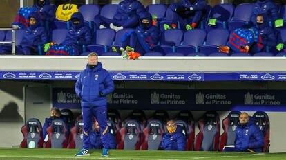 Ronald Koeman (de pie), entrenador del Barcelona, este domingo en El Alcoraz en el partido ante el Huesca.