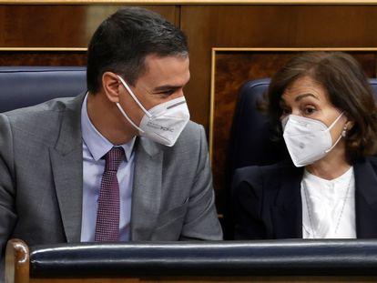 El presidente del Gobierno, Pedro Sánchez, conversa con la vicepresidenta primera del Gobierno, Carmen Calvo, este miércoles en el Congreso.