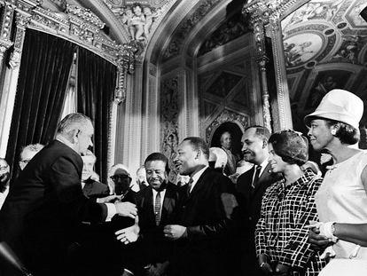 El Presidente Lyndon B. Johnson en un acto junto a Martin Luther King el 6 de agosto de 1965.