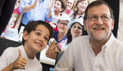 """El presidente del Gobierno en funciones y del Partido Popular Mariano Rajoy se ha reencontrado este sábado en Molina de Segura (Murcia) con su """"miniyo"""", el niño Pablo Gomariz, que le imitó en un programa de televisión."""