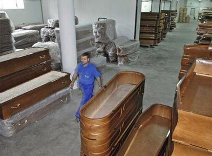 Almacén de féretros en Piñor de Cea de Ataúdes Gallego, una de las empresas líderes del sector en España.