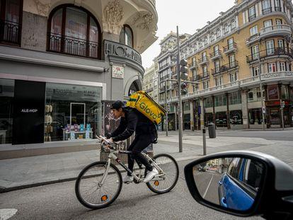 Un 'rider' de Glovo atiende a un pedido en Madrid, el pasado 18 de marzo.