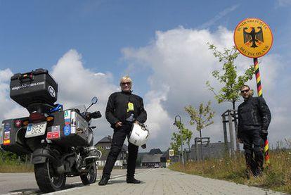 Mercedes Silvestre con su hijo Miquel y la moto en que viajaron ambos, en la frontera entre la República Checa y Alemania.