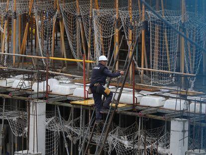 Trabajos de construcción de un edificios de viviendas en Madrid, este lunes.